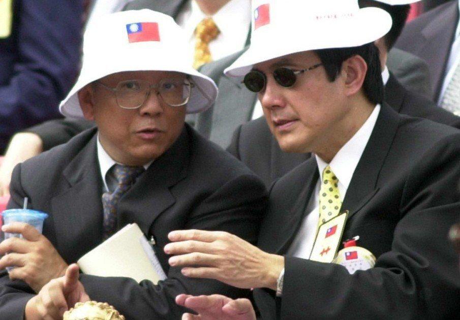 2000年,時任台北市長的馬英九(右)與教育部長曾志朗在國慶大典上就「漢語拼音法...