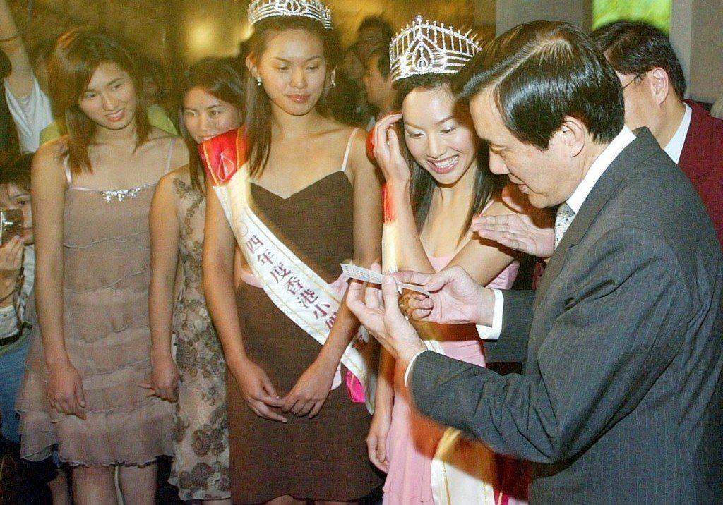 2004年馬英九(右)曾當香港小姐來台時的導遊,推銷台北觀光。 圖/聯合報系資料...
