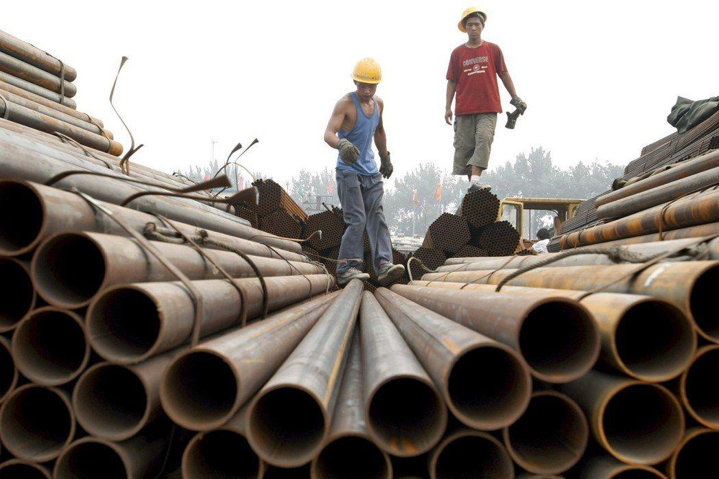 美國總統川普簽署對進口鋼和鋁課徵25%和10%的重稅,台股鋼鐵類股利空出盡,紅翻...