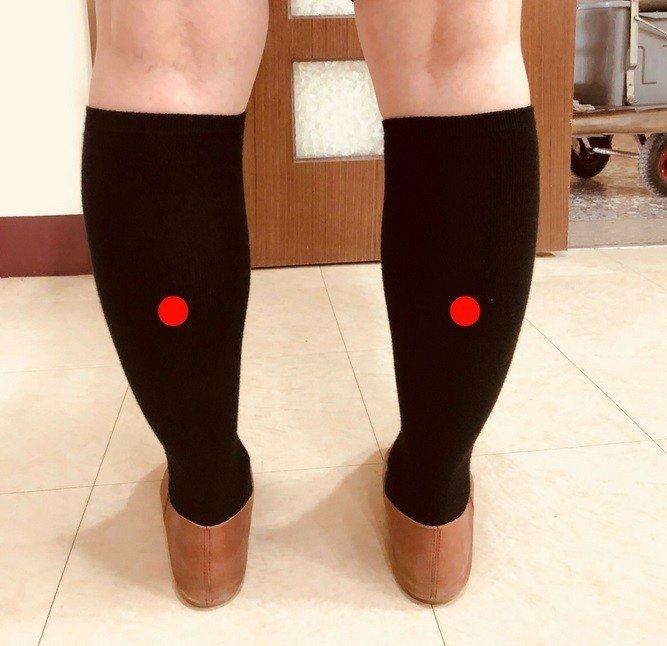 「承山穴」位於小腿後方肌肉隆起處的下邊,按摩此處可幫助消除雙腳酸痛。圖片/朴子醫...