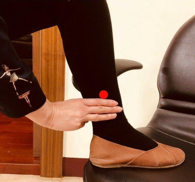 「三陰交」位於腳踝內側往上3橫指寬處,可舒緩緊繃僵硬小腿。圖片/朴子醫院提供