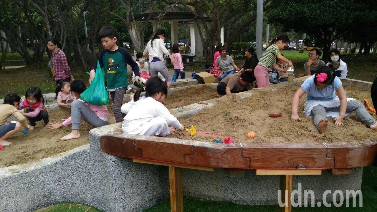 複合式沙坑台讓不同年齡層的小朋友都可快樂玩沙。記者莊琇閔/攝影
