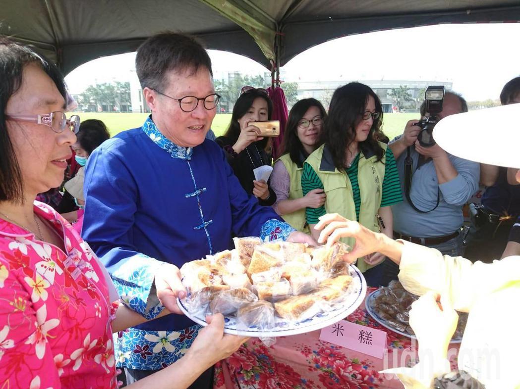 全國客家日昨天在宜蘭登場,代理縣長陳金德分送客版美食。記者羅建旺/攝影