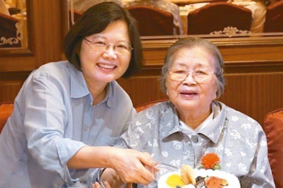 總統府昨發布新聞稿表示,蔡總統母親張金鳳女士(右)昨天於家中安詳辭世,享壽九十三...