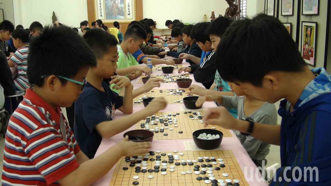 第6屆嘉義市「九華山地藏王盃」全國圍棋公開賽今天登場,報名人數達982人。記者王...