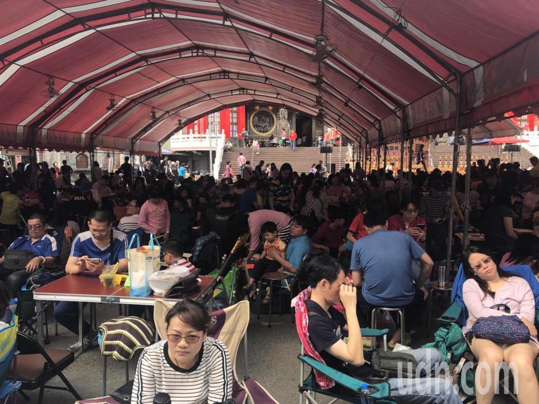 台灣圍棋風氣日盛,許多家長陪孩子參加圍棋賽,場面熱鬧。記者王慧瑛/攝影