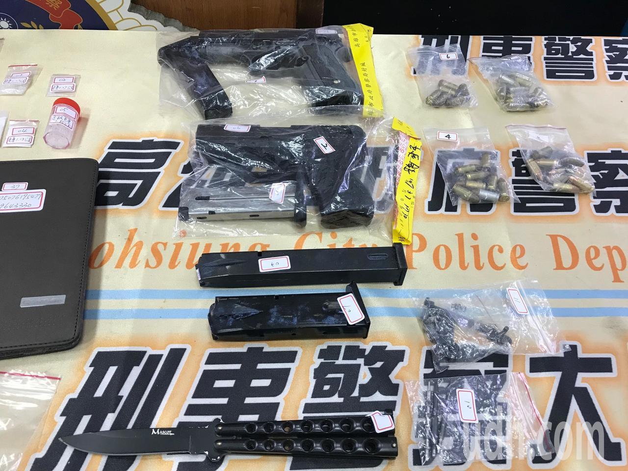 警方查扣兩把手槍。記者林伯驊/攝影