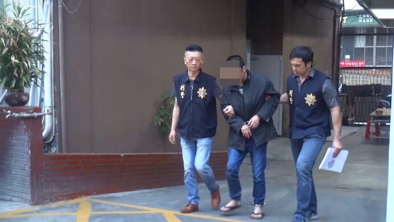 劉姓男子(中)依毒品及槍砲罪移送,通緝部分也歸案執行。記者林伯驊/翻攝