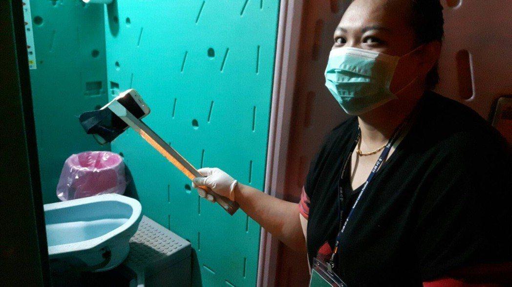 賞燈會手機滑入屎坑 環保員拆廁所踏板打撈