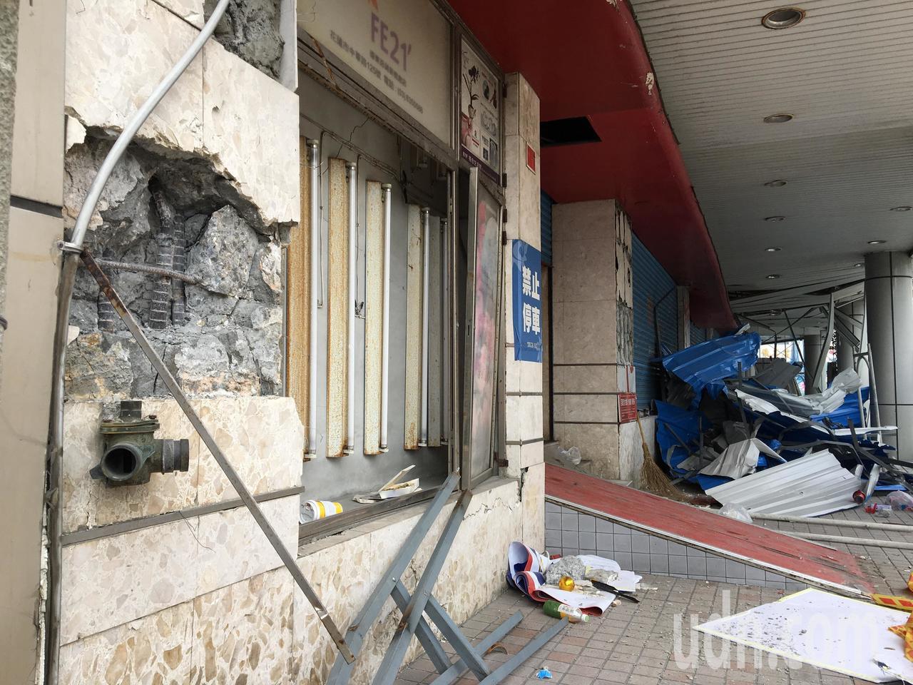 在0206大地震後如今許多樑柱水泥爆開,被警戒線圍住的大樓有如廢墟。記者徐庭揚/...