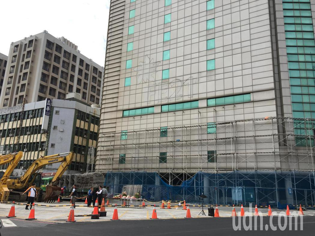 花蓮0206強震造成花蓮市中華路上的遠東百貨舊館變危樓,業者今派營造公司進駐拆除...