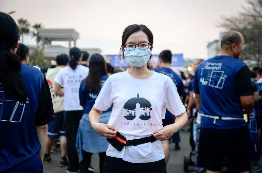基進黨台南黨部成員上午在古都馬拉松現場,戴著口罩陪跑,抗議空汙。圖/基進黨提供