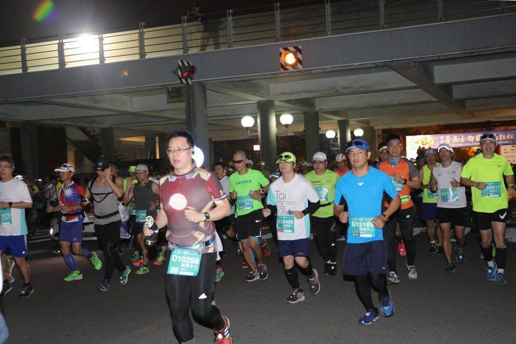 台南古都國際馬拉松賽從台南市府前起跑。圖/市府提供