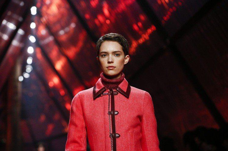 朱紅色的外套與艷紅的長裙搭配,女裝創意總監Nadege Vanhee Cybul...