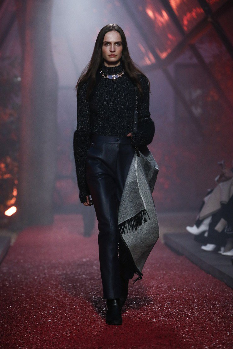 2018秋冬這季以帶肩帶的披毯取代過去搭配包包,成為了愛馬仕的重點單品。圖/美聯...