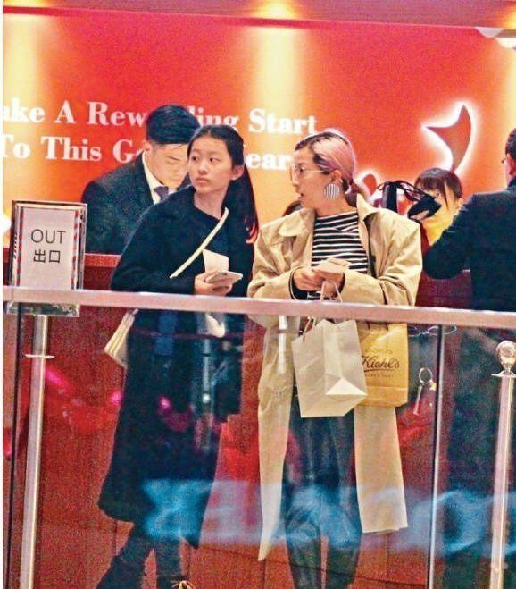 陳奕迅老婆徐濠縈(右)和女兒陳康緹被捕獲。圖/摘自微博
