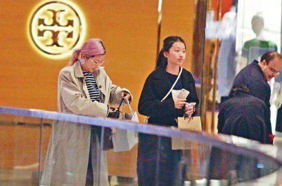 陳奕迅老婆徐濠縈(左)和女兒陳康緹被捕獲。圖/摘自微博