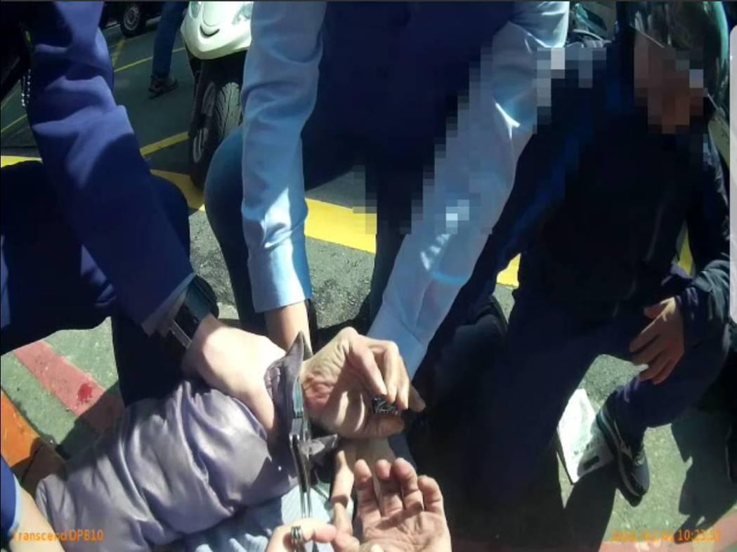 台北警方街頭攔查毒蟲,因對方佯裝吞毒差點被騙。記者廖炳棋/翻攝