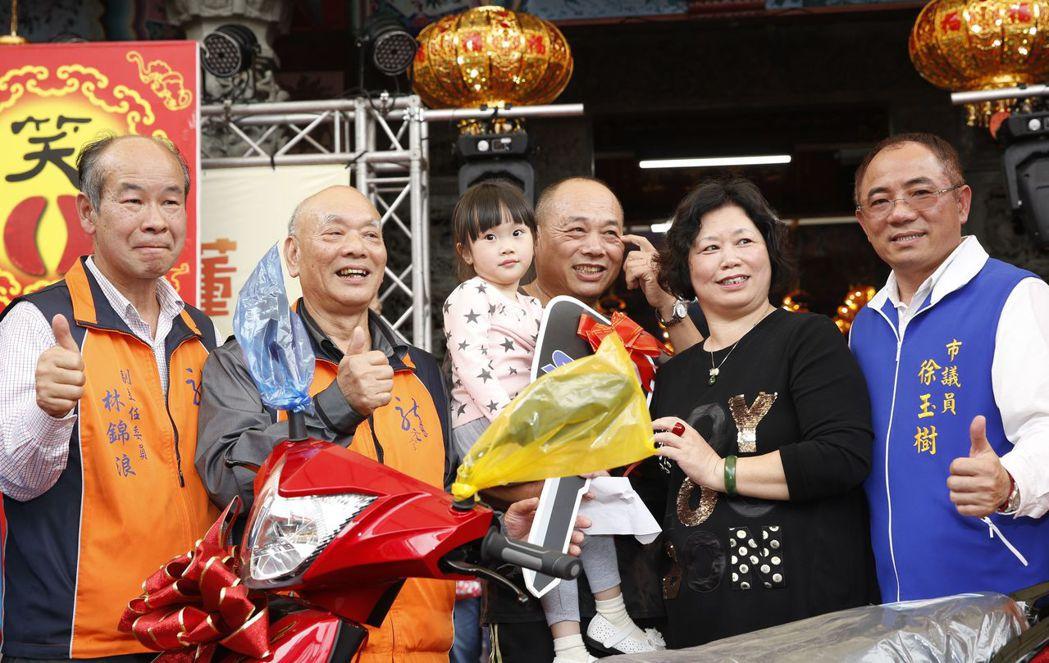 桃園市龍潭區龍元宮千人擲筊杯大賽,由年僅4歲的徐芷希小朋友(左三),在家人協助下...