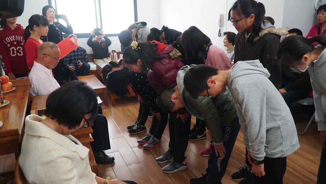 金門古風小學堂今天舉行拜師儀式,12位新生依循著禮俗,向師長鞠躬行禮。記者蔡家蓁...