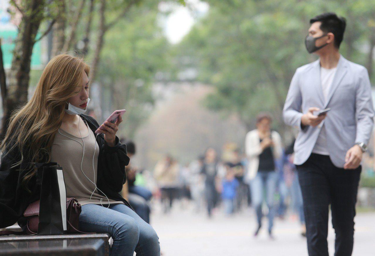 在一片紅害等級的空汙之中,民眾紛紛戴起口罩因應,以防糟糕的空氣品質影響健康。記者...