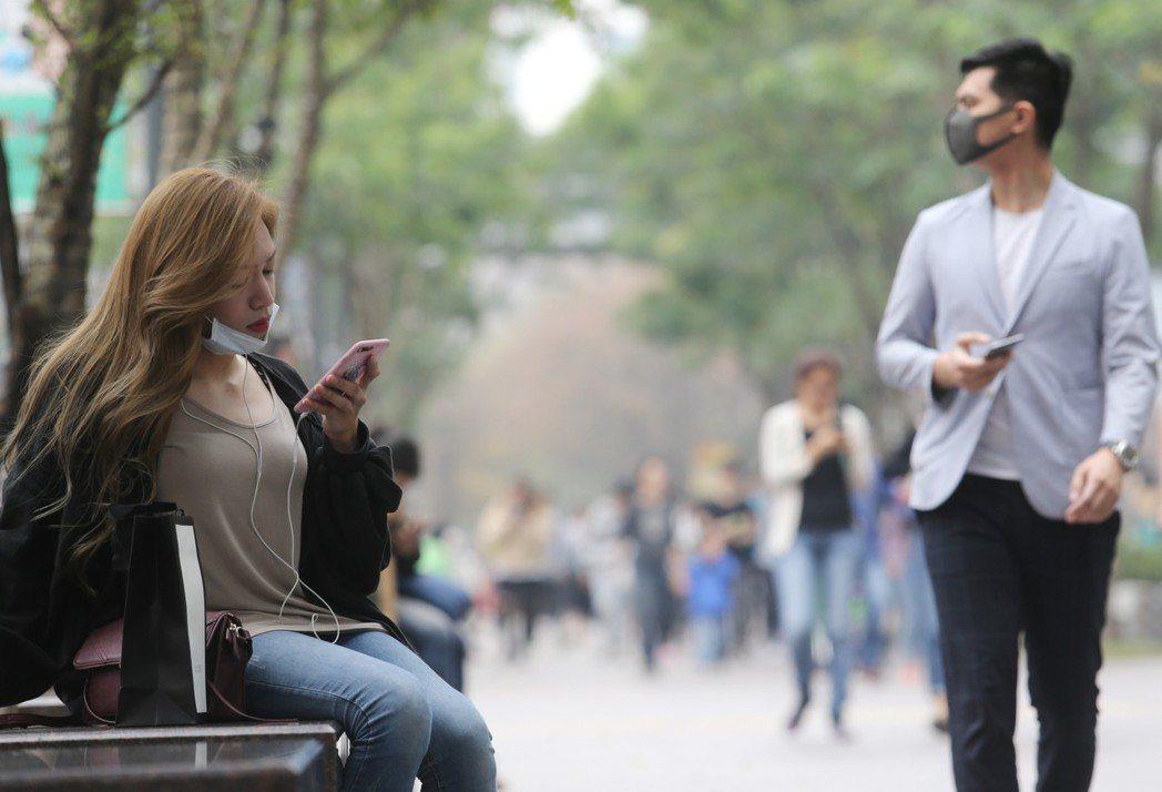 在一片紅害等級的空汙之中,北市信義區的逛街民眾紛紛戴起口罩因應,以防糟糕的空氣品...