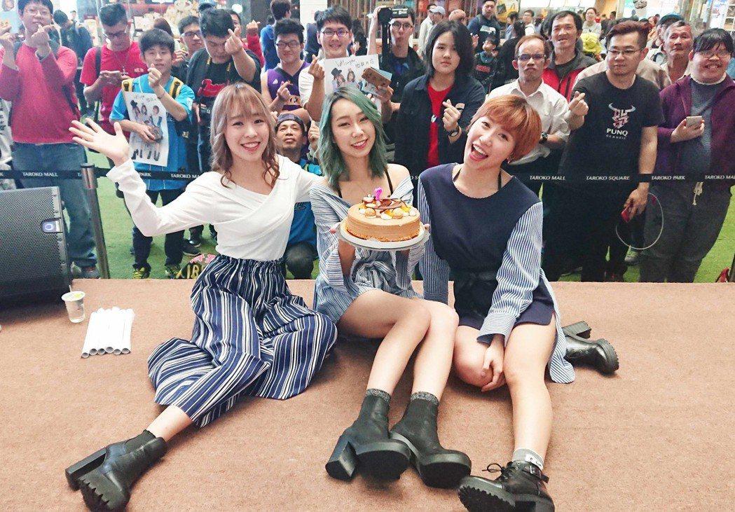 「微甜女孩」牙牙(左起)、愛波、娃娃,在台中舉辦粉絲見面會。圖/絕頂創意提供