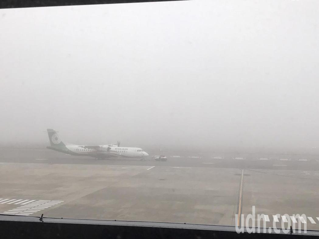 金門機場因為濃霧攪局,飛機起降大受影響。記者蔡家蓁/攝影