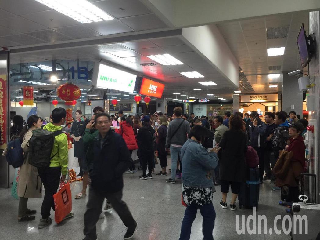 金門機場因為濃霧攪局,航班大受影響,機場擠滿旅客。記者蔡家蓁/攝影