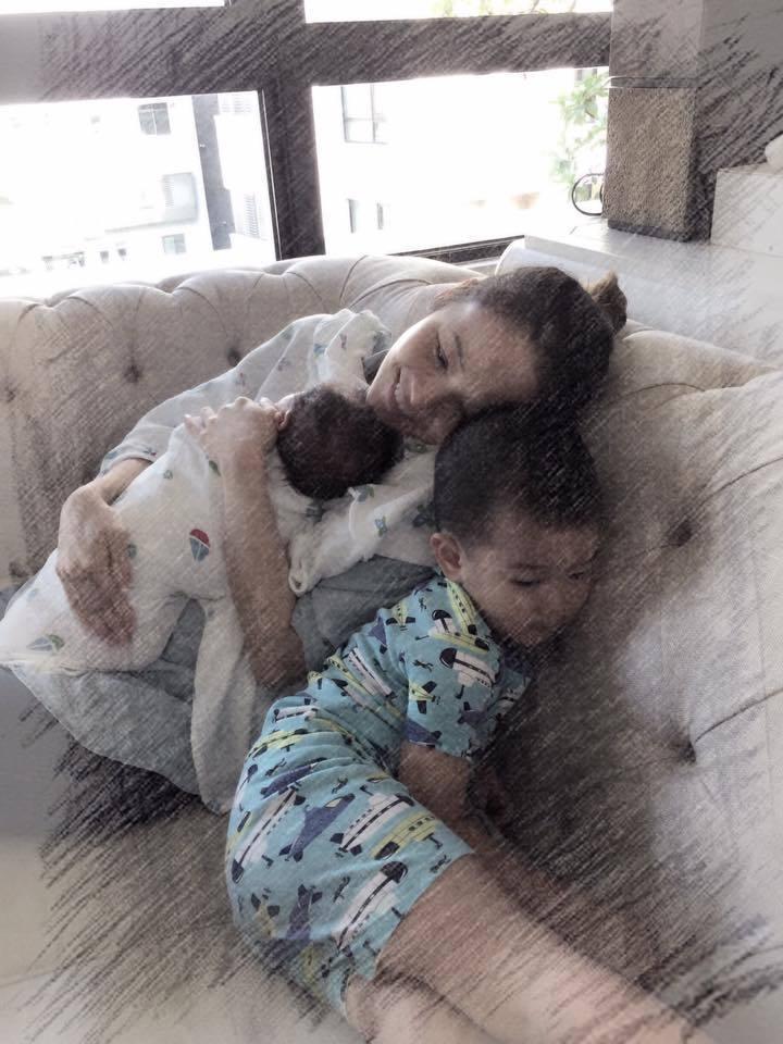侯佩岑去年迎接二兒子,2個小情人擁懷中十分幸福。圖/摘自臉書