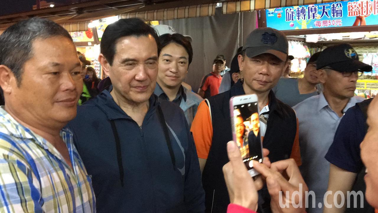 民眾拿起手機對著馬英九猛拍。記者徐庭揚/攝影