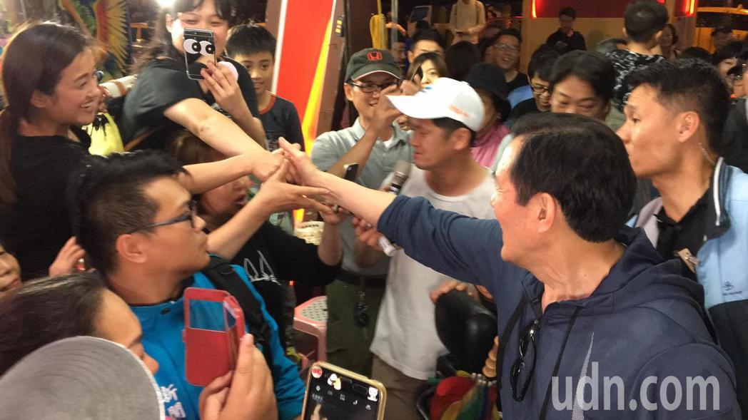 民眾、攤商搶著和馬英九握手。記者徐庭揚/攝影