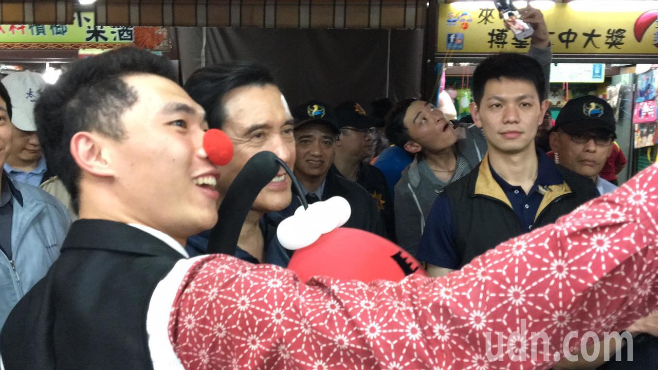 裝扮成小丑的街頭藝人與馬英九自拍。記者徐庭揚/攝影
