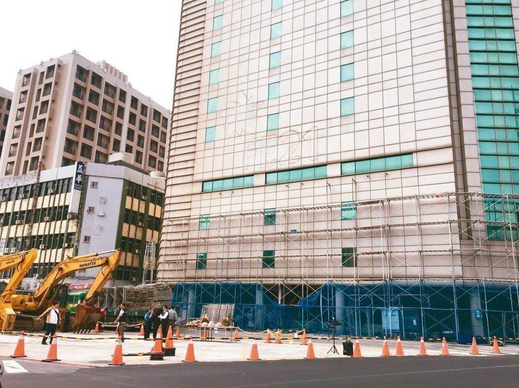 花蓮0206強震造成花蓮市中華路上的遠東百貨舊館變危樓,大型機具進駐準備進行拆除作業。 記者徐庭揚/攝影