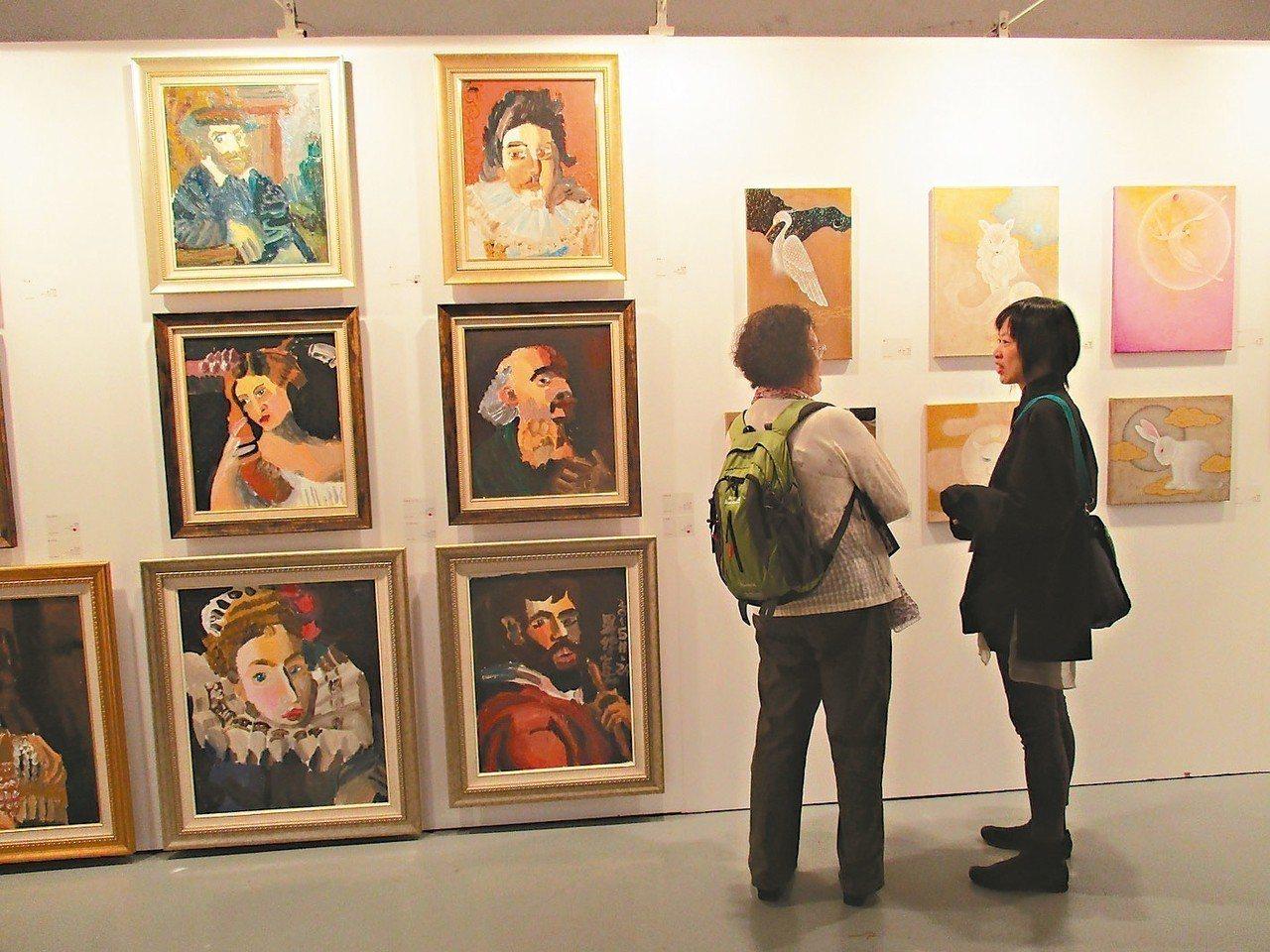 年輕藝術家需要市場與平台,藝術經紀相當重要。圖為台灣輕鬆藝術博覽會,展出許多年輕...