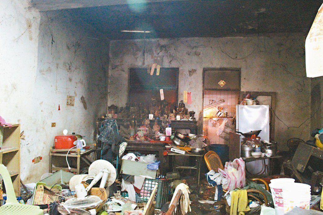 陳屍家中的唐婦生前收集回收物,家中堆滿雜物,連地板都看不見。 聯合報記者張雅婷/...