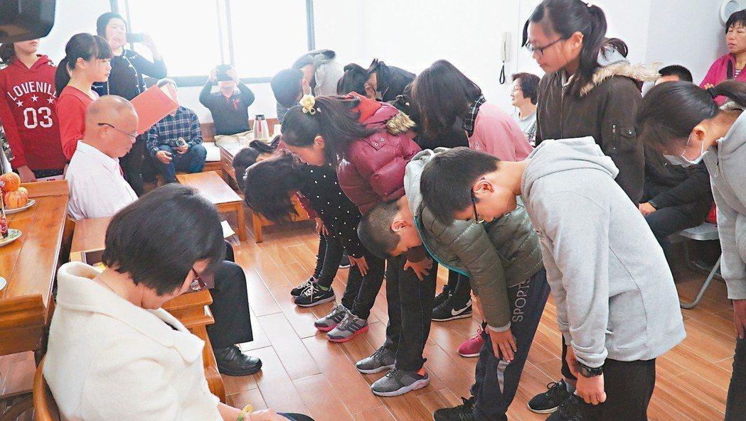 金門縣古風小學堂昨舉行拜師儀式,12名新生依循傳統禮俗,向師長鞠躬行禮。 記者蔡...