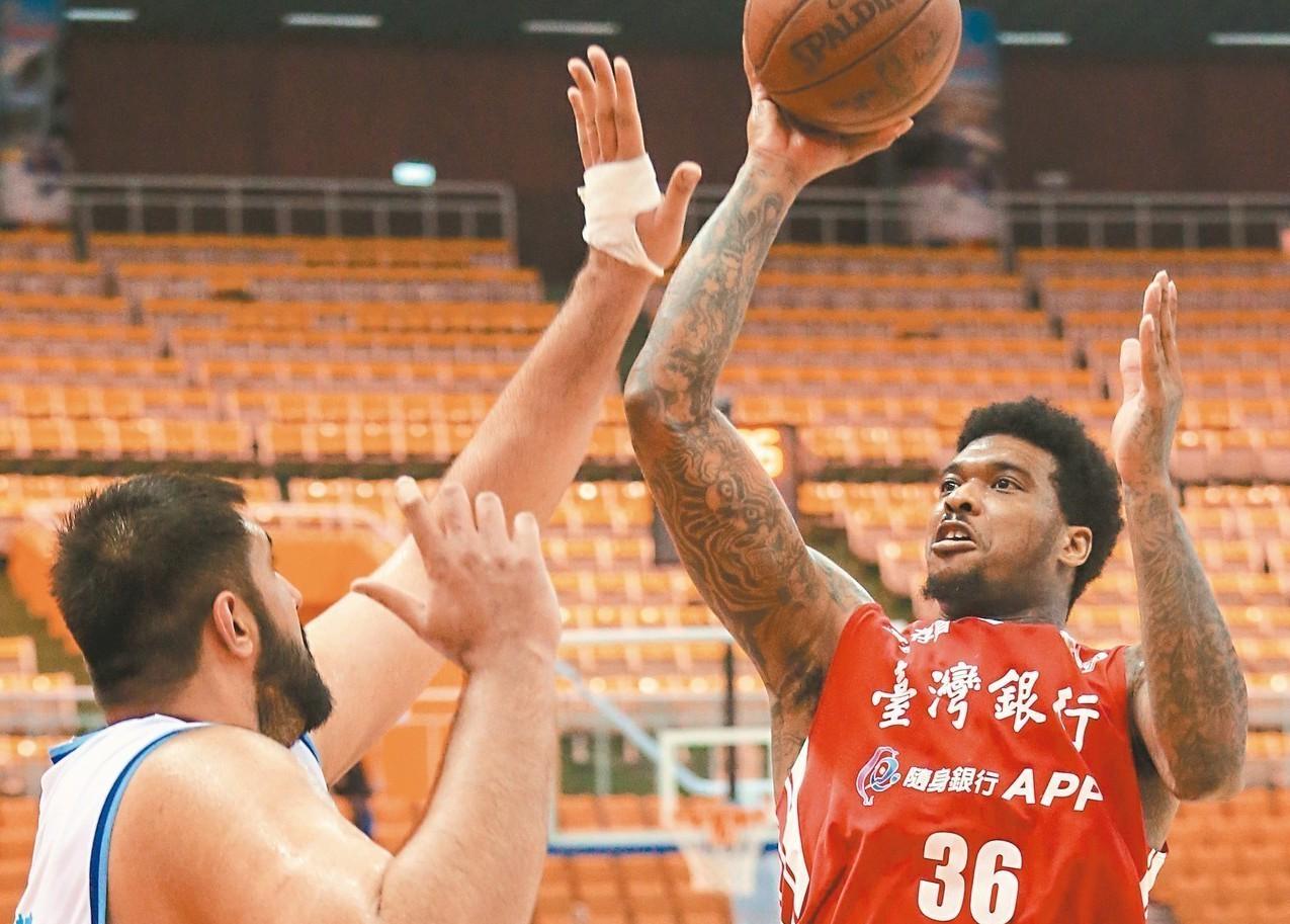 台銀賈西亞(右)投籃遭到對手布拉(左)阻擋。 記者鄭清元/攝影