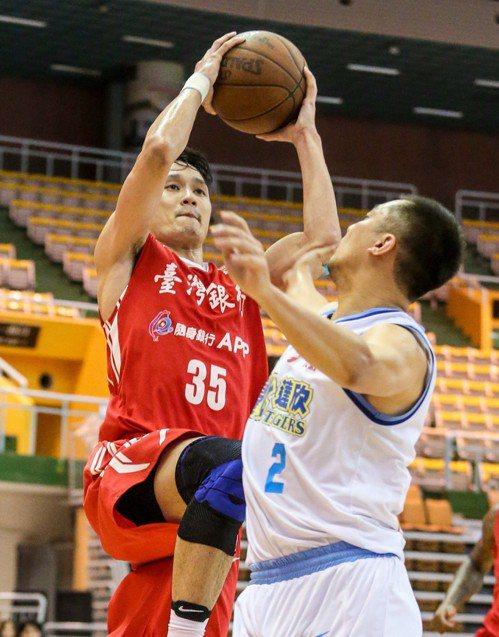 台銀余純安(左)上籃。記者鄭清元/攝影