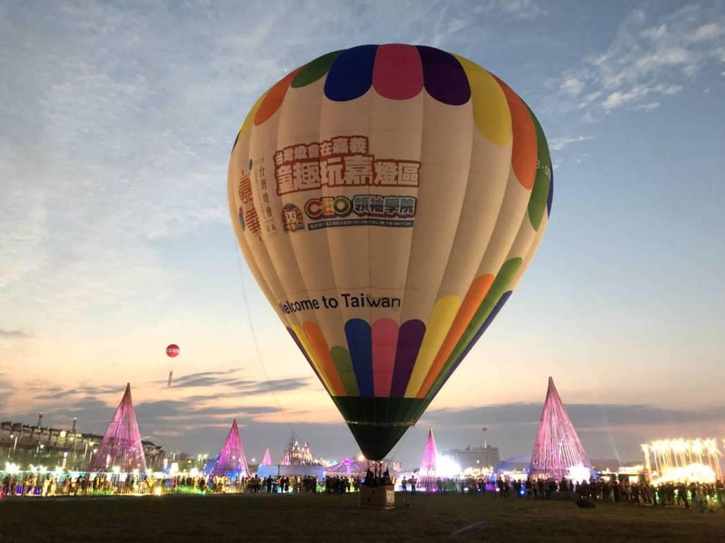 今年台灣燈會結合熱氣球業者,讓民眾搭熱汽球飛到100呎高空看璀璨絢麗燈區。 圖/...