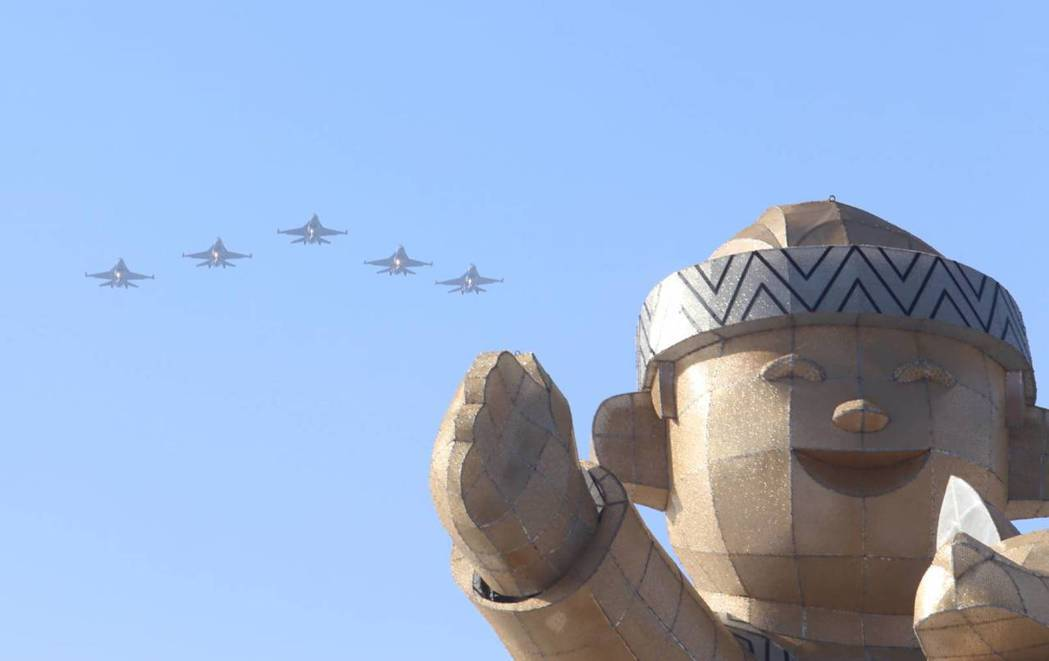 空軍嘉義基地5架F16戰機3月2日下午以大雁隊形衝場,飛越主燈,震撼人心。 圖/...