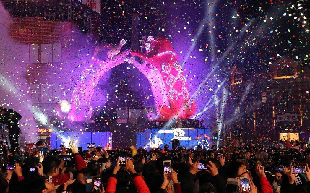 台北燈節主燈「幸福魔力狗」2月24日點燈。 圖/聯合報系資料照片