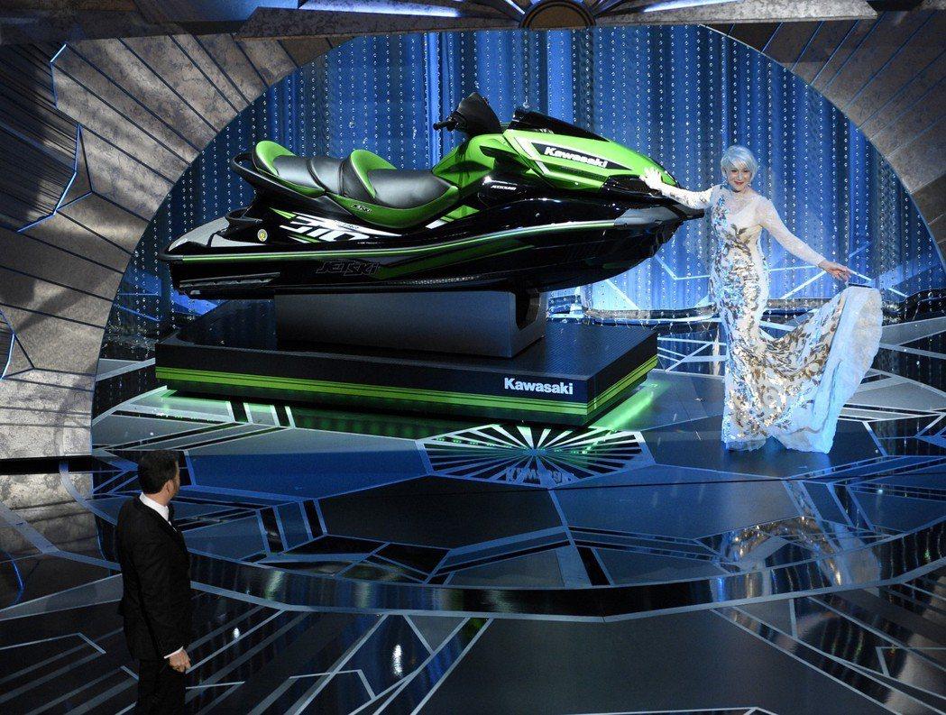 主持人吉米金莫找來英國資深女星海倫米蘭,模仿電視購物橋段,在舞台上展示價值美金數