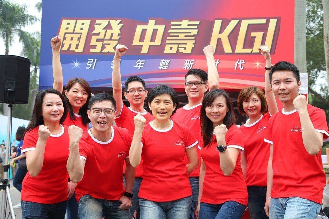 總經理黃淑芬(前排左三)帶領中壽迎向數位金融大未來。 中國人壽/提供