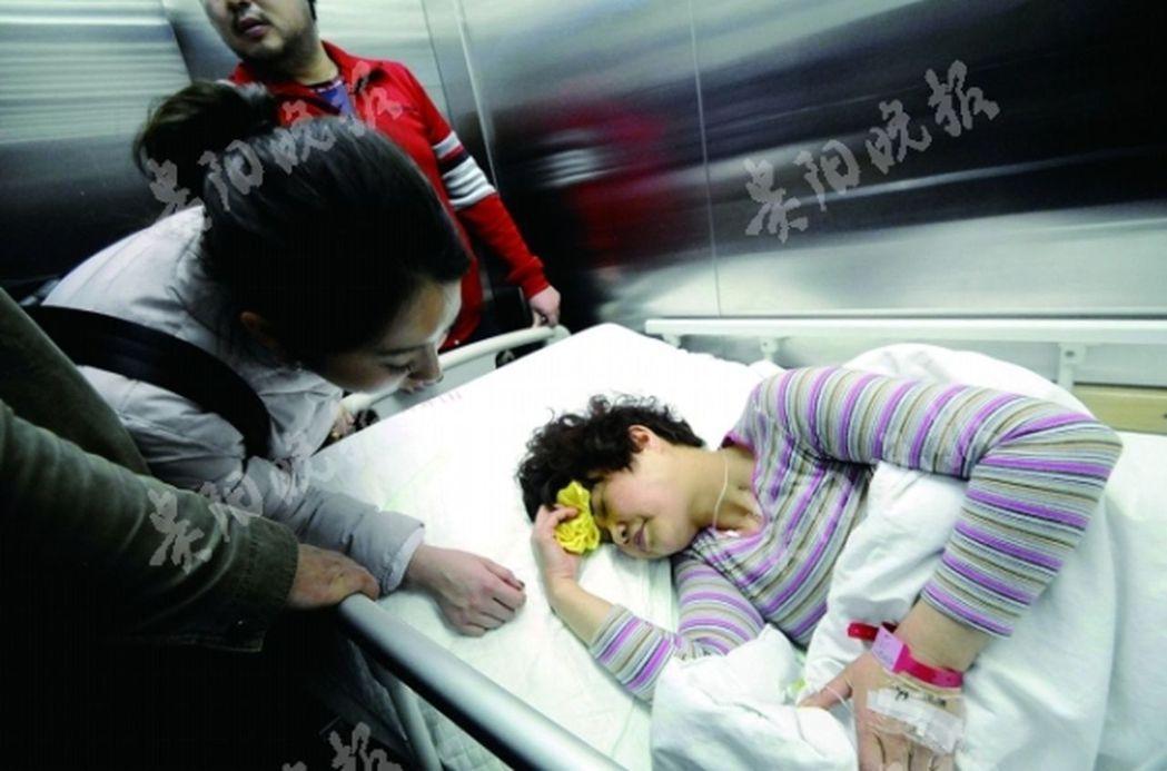 三歲女童從五樓墜下,孩子接住了 她卻被砸昏迷