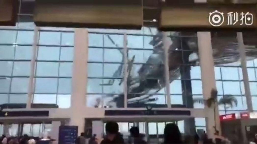 南昌機場天花板,0被暴風雨掀翻。圖擷取自影片