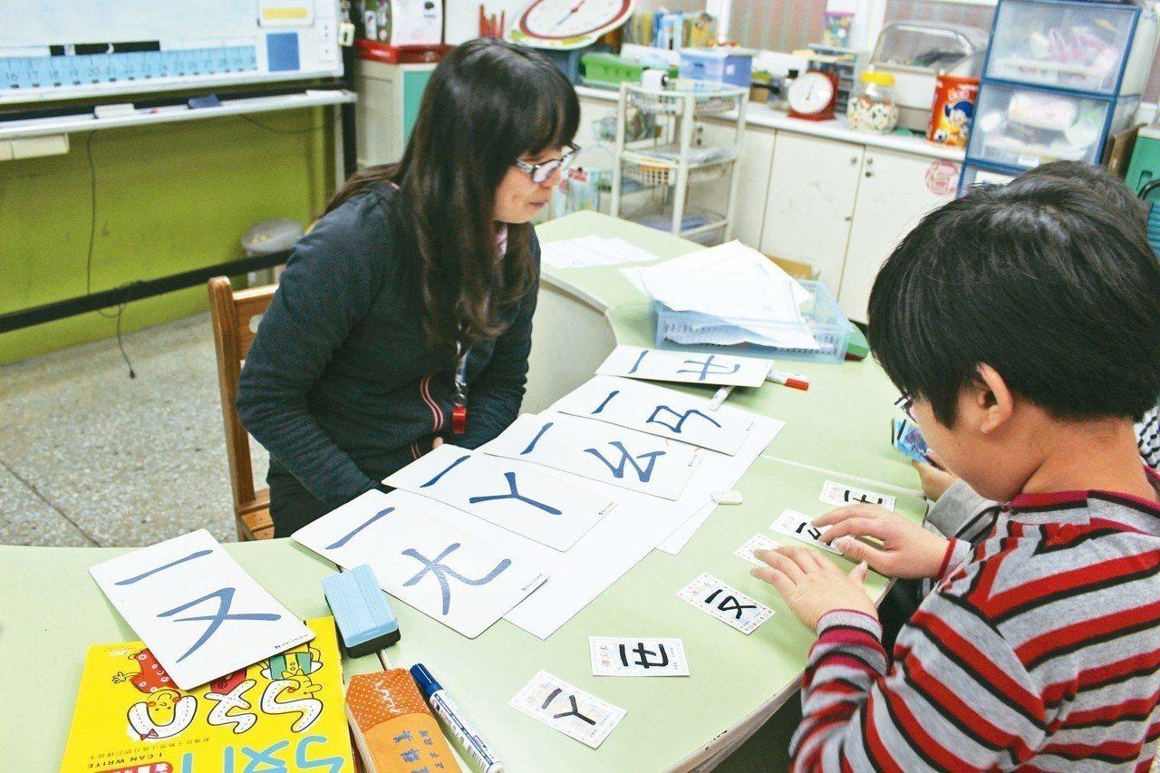 民進黨立委葉宜津主張廢除注音符號、改用羅馬拼音,引起廣泛討論。圖為學童學習注音拼...