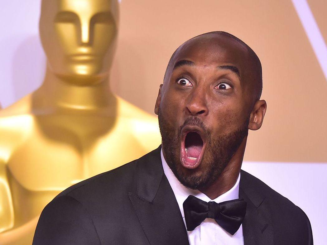 湖人隊退役球星「小飛俠」布萊恩的紀錄片得獎後,在記者會上露出誇張表情。法新社