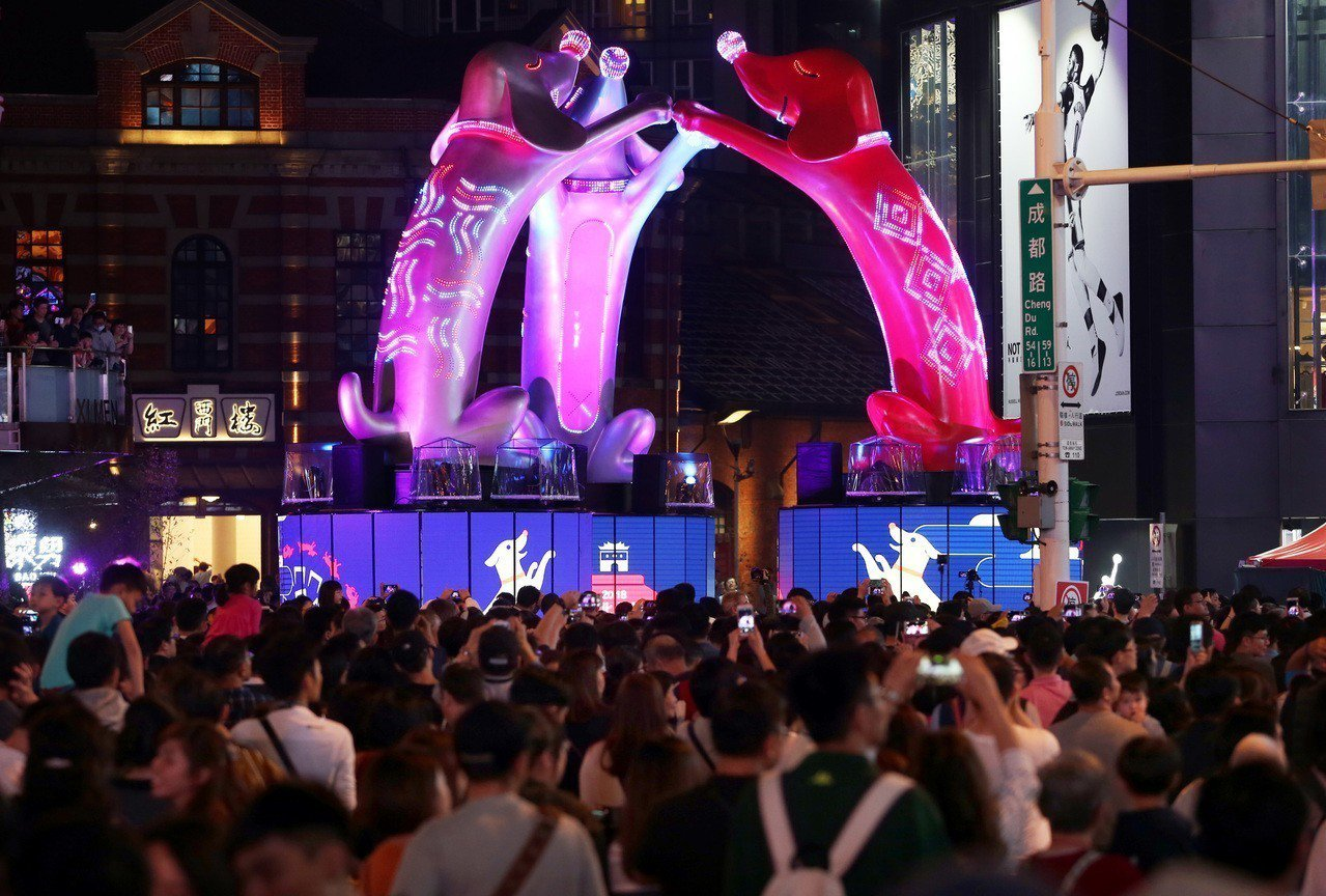 韓籍婦人攜子來台自由行,在參觀西門町和台北燈節花燈時與10歲兒子走散,幸遇會韓語...