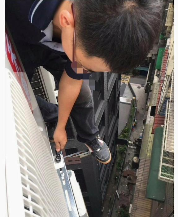 網友貼出自己的工作照,讓大家明白什麼叫做「危險施工」。圖擷自爆料公社